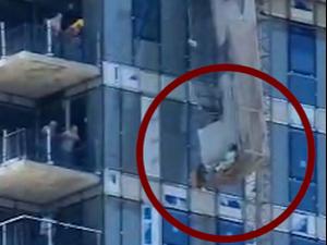 """פועל נהרג ואחר נלכד במעלית משא שחלקים ממנו קרסו באתר בנייה ברחוב קפלן בתל אביב 20.6.21. מד""""א"""