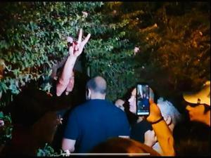 """מפגינים מול ביתו של רה""""מ נפתלי בנט לאחר שאחת המפגינות נפגעה מאקונומיקה שהושלכה לעברה, 23 ביוני 2021. תמונות גולשים"""