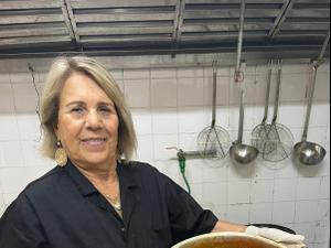 עליזה גבאי מכינה ממולאים בסגנון ספרדי, פסטיבל הלאדינו, צפת. מרכז תיירות אסנט,