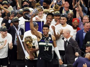 יאניס אנטטוקומפו, מילווקי באקס עם גביע ה-MVP של סדרת הגמר. רויטרס