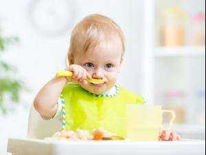 תינוק אוכל. ShutterStock