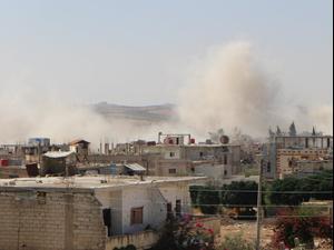 עשן מיתמר אחרי הפצצות בעיר דרעא, סוריה, יולי 2021. מערכת וואלה!, אתר רשמי