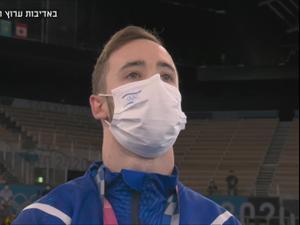 ארטיום דולגופיאט, מתעמל ישראלי, בזמן ההמנון במדליית הזהב. ספורט 5