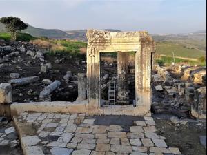 הנפת עמוד בן 1600 שנה בבית הכנסת הקדום ארבל. אסף דורי, רשות הטבע והגנים