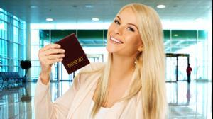 תיירת מחזיקה דרכון שדה תעופה חופשה. ShutterStock