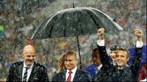 """נשיא פיפ""""א, נשיא רוסיה פוטין ונשיא צרפת מקרון בטקס גמר המונדיאל, מוסקבה, 15 ביולי 2018. רויטרס"""