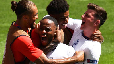 שחקני נבחרת אנגליה חוגגים עם ראחים סטרלינג. רויטרס