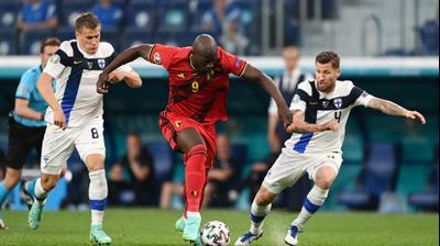 שחקן נבחרת בלגיה רומלו לוקאקו מול שחקן נבחרת פינלנד רובין לוד, יונה טויביו. רויטרס