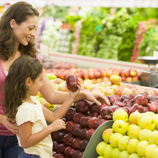 אם ובת קונות פירות בסופר. ShutterStock