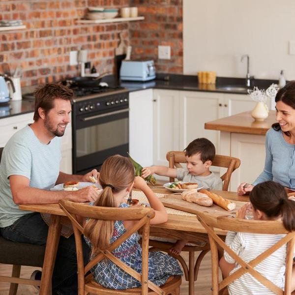 הורים וילדים אוכלים סביב שולחן. ShutterStock