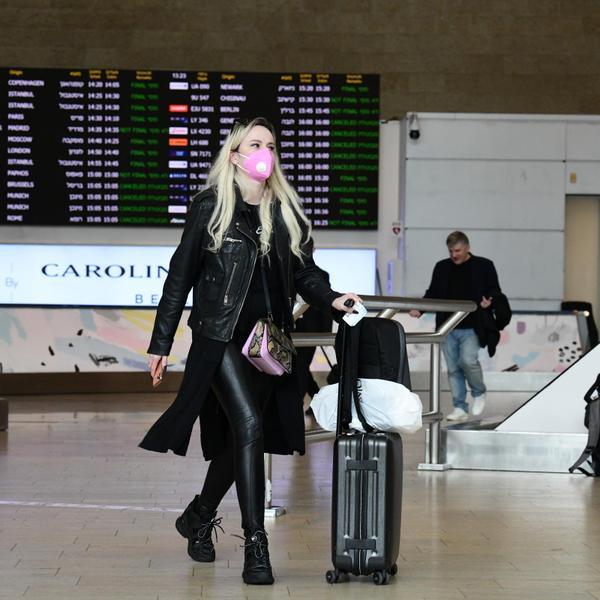 נוסעת מתגוננת עם מסכה מנגיף הקורונה בשדה התעופה בן גוריון 10 במרץ 2020. ראובן קסטרו