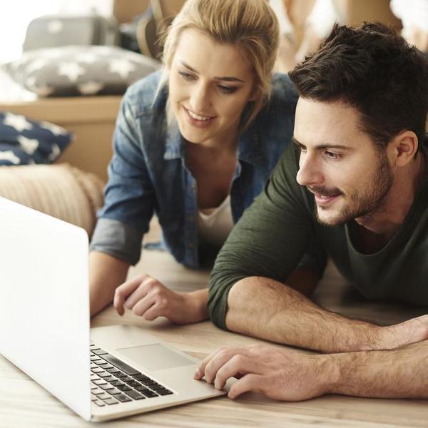 זוג צעיר גולש במחשב ביתי. ShutterStock