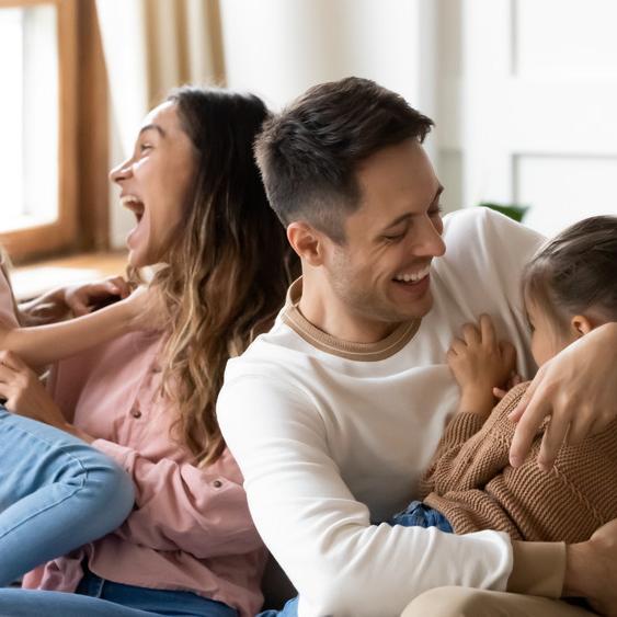 הורים וילדים משחקים. ShutterStock