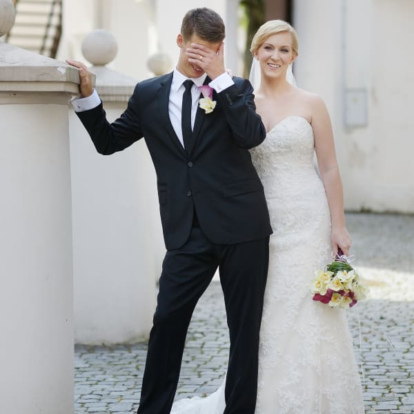 חתן וכלה ביום החתונה. ShutterStock