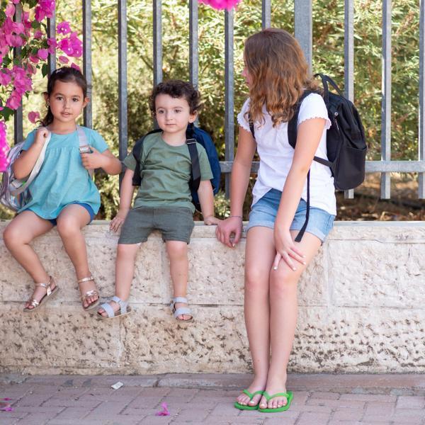 ילדים מחוץ לבית ספר. ShutterStock