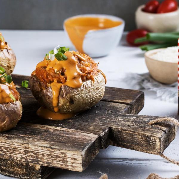 תפוחי אדמה ממולאים ומוקרמים. צילום: אלון מסיקה, סטיילינג: נעה קנריק,
