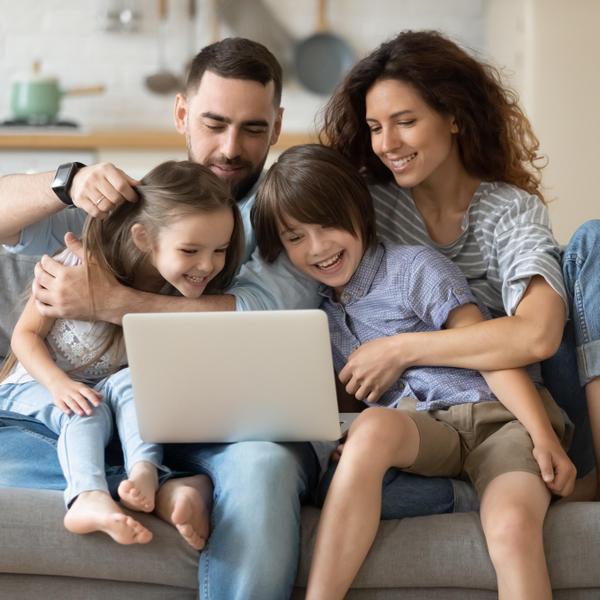 משפחה אונליין. ShutterStock