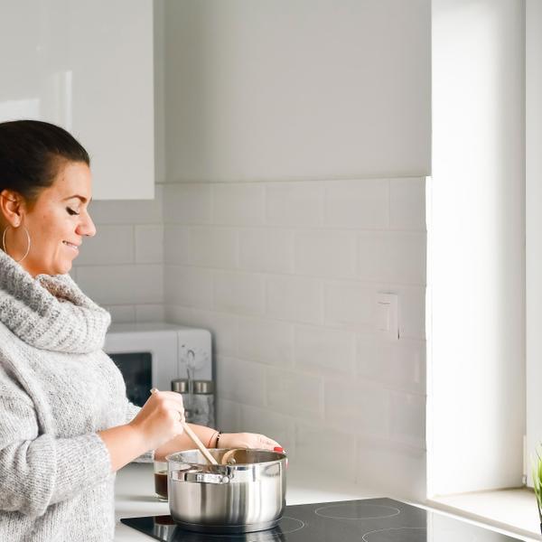 אישה מבשלת בחורף. ShutterStock