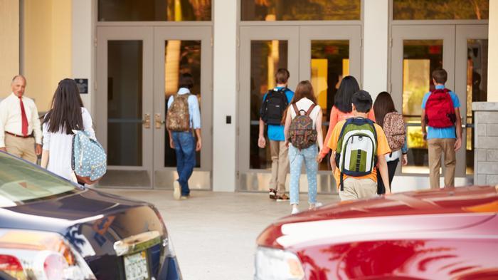 תלמידים בכניסה לבית הספר. ShutterStock