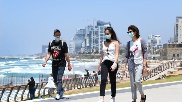 עוטים מסכה לצורך התגוננות מנגיף הקורונה סמוך לחופי תל אביב (צילום: ראובן קסטרו). ראובן קסטרו