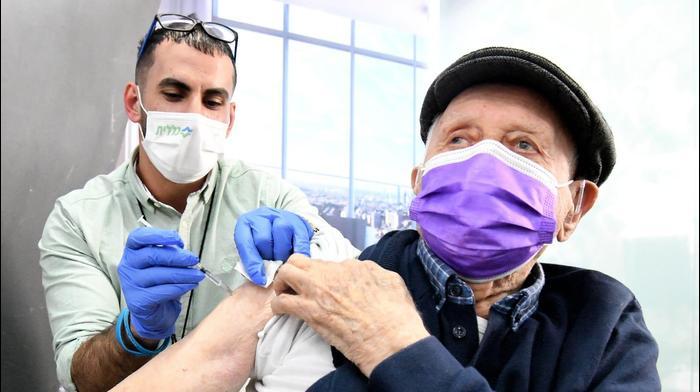יצחק טורנר תושב תל אביב. בן מאה פלוס ניצול שואה מהעיר בנדין בפולין מקבל חיסון במתחם היכל מנורה של כללית, 24 בדצמבר 2020. ראובן קסטרו