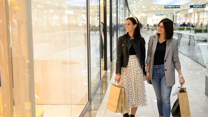 שתי נשים עושות קניות בקניון. ShutterStock