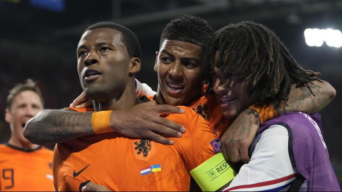 שחקני נבחרת הולנד חוגגים עם ג'ורג'יניו ויינאלדום. רויטרס