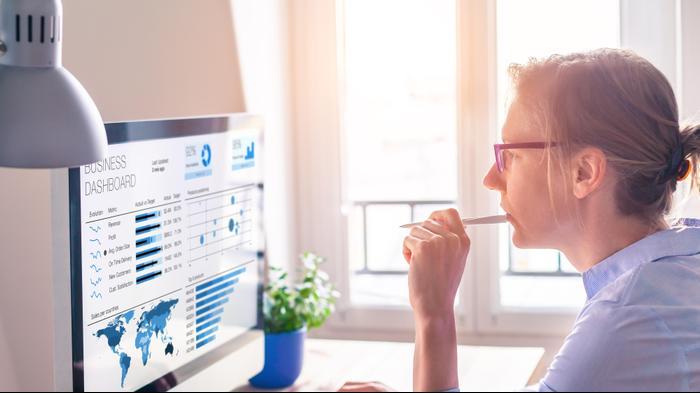 אישה עובדת מול מחשב. ShutterStock