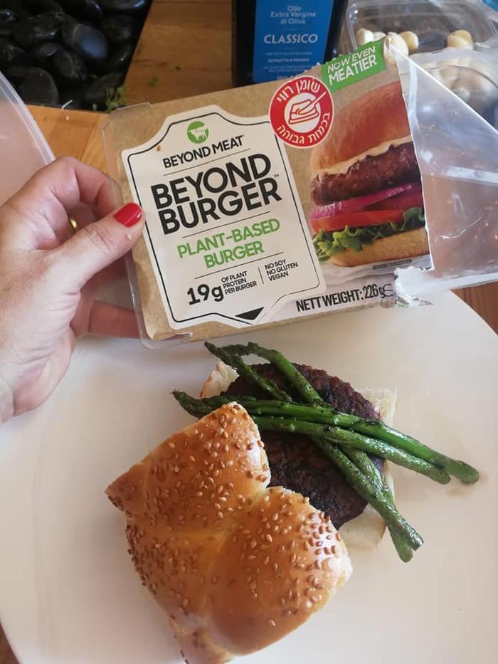 Продукты компании Beyond Meat, на вкус не отличимые от мяса, готовятся исключительно на растительной основе.. Zahav.ru
