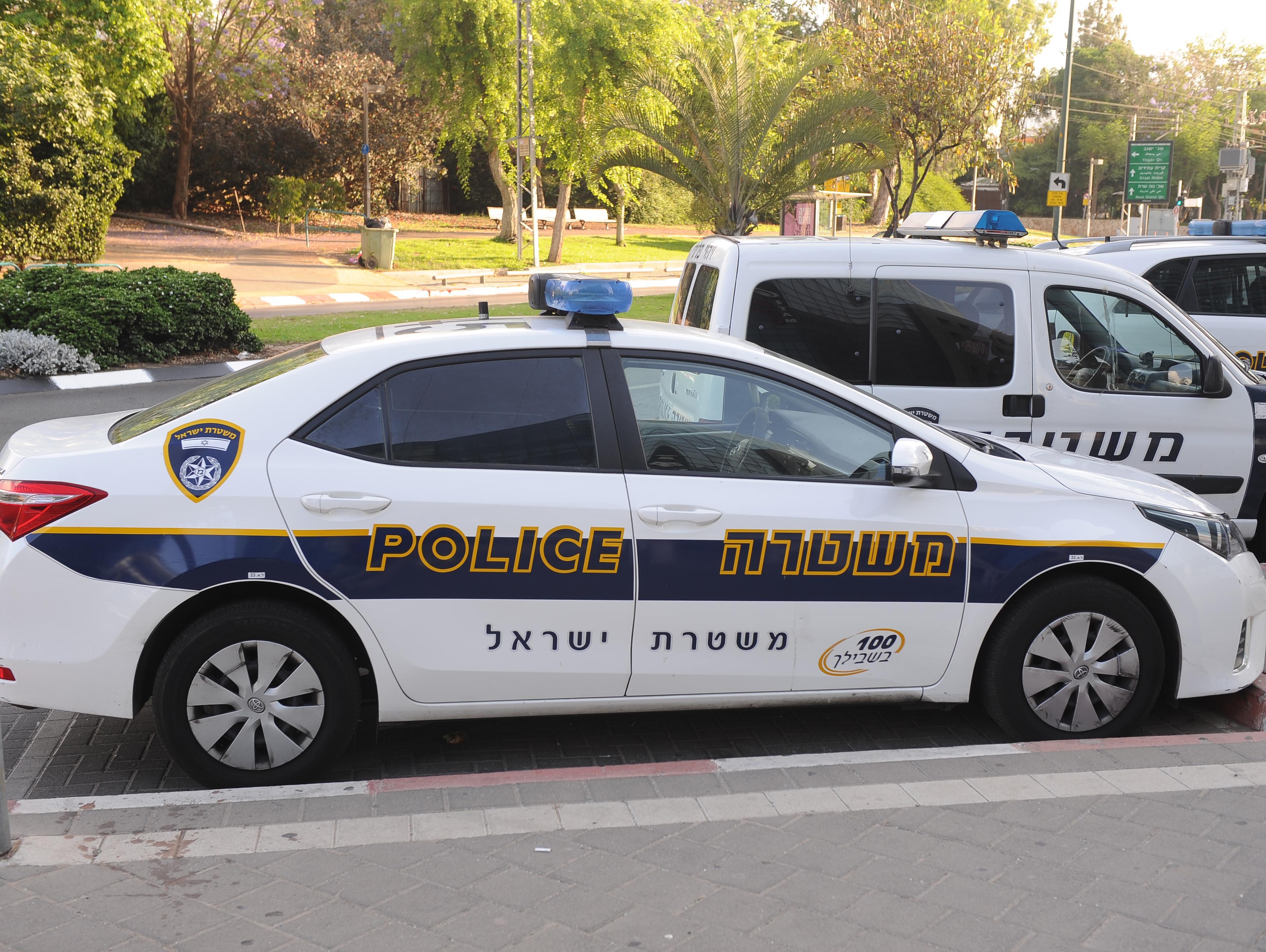 חשד: ניסו לפרוץ לניידת בזמן שהשוטרים בדקו תלונה על צעקות