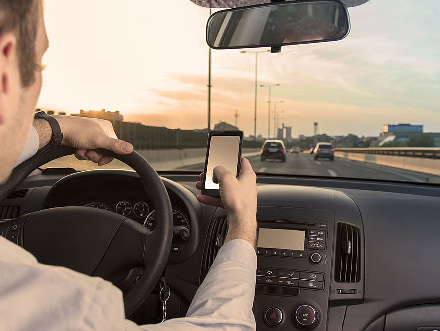 דעה: כולם מסמסים בנהיגה, מי באמת חוטף?