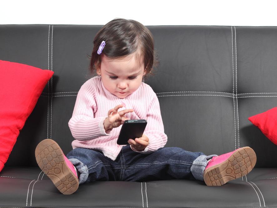 כמה זמן מותר לילדים לצפות במסך ומתי אפשר להתחיל?