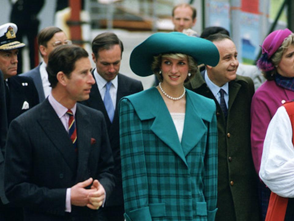 לקראת החתונה המלכותית: הכובעים של נשות הממלכה הבריטית מ-1980 ועד היום