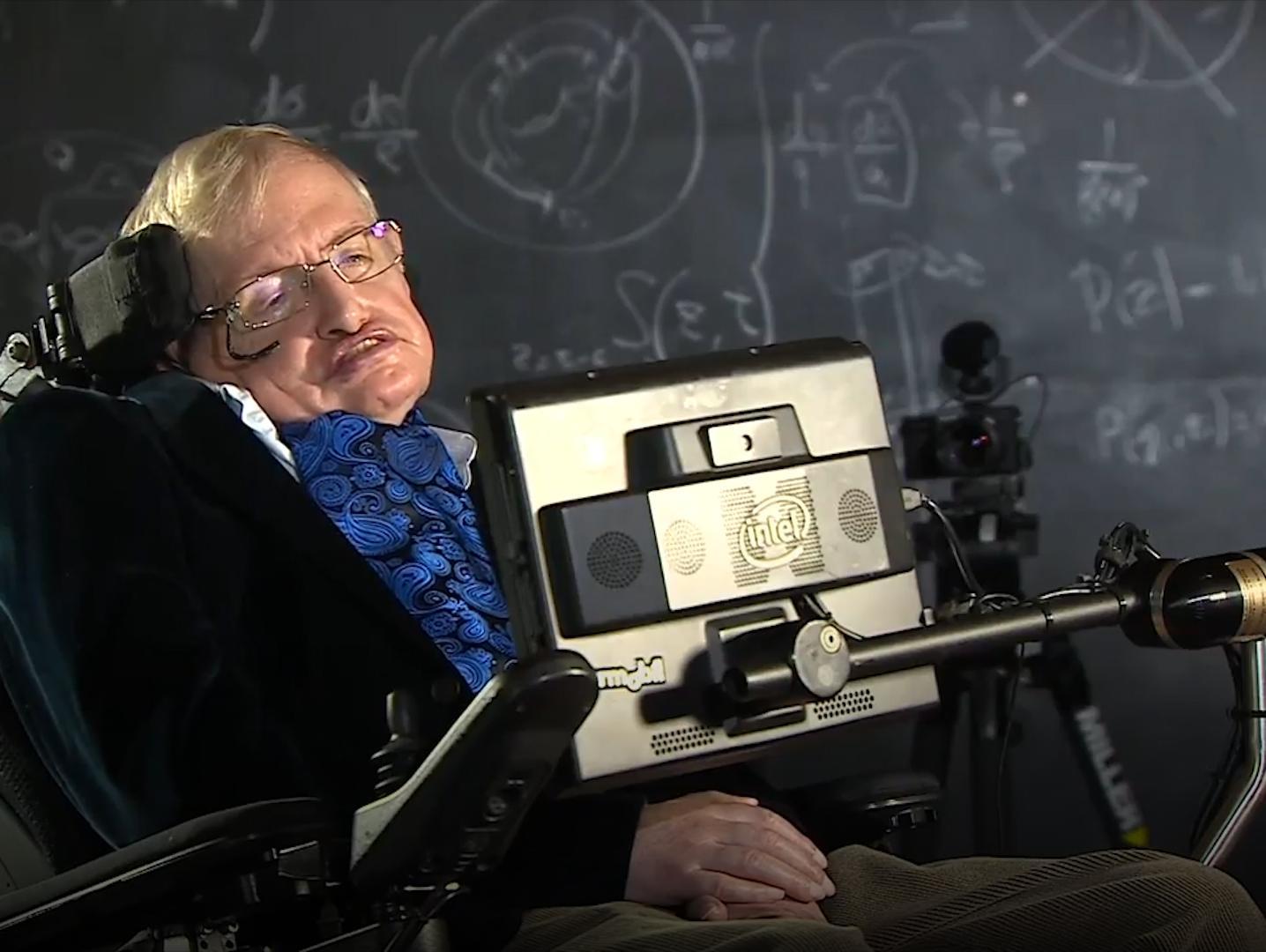 הפיזיקאי הבריטי הנודע סטיבן הוקינג מת בגיל 76