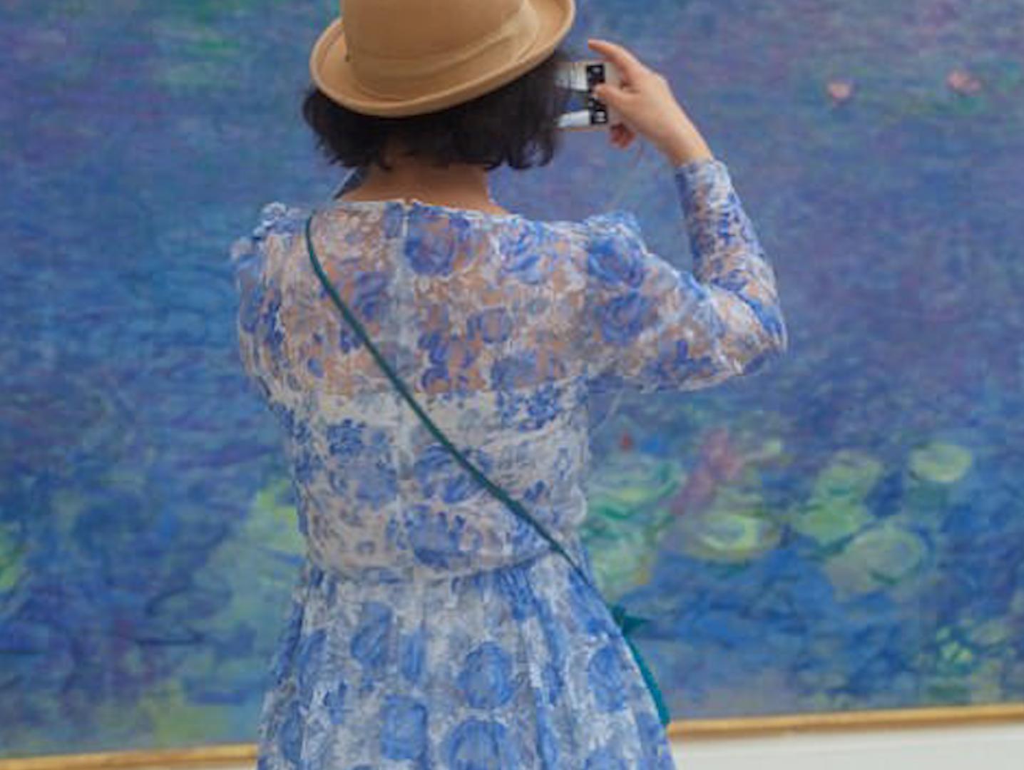 האמנות שתשכנע אתכם לשים לב מה אתם לובשים במוזיאונים