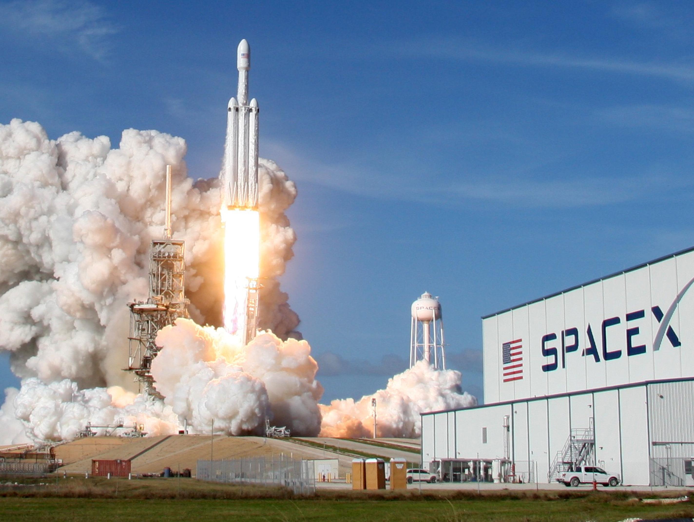 חברת SpaceX שיגרה לחלל את Falcon Heavy הטיל הגדול ביותר אי פעם