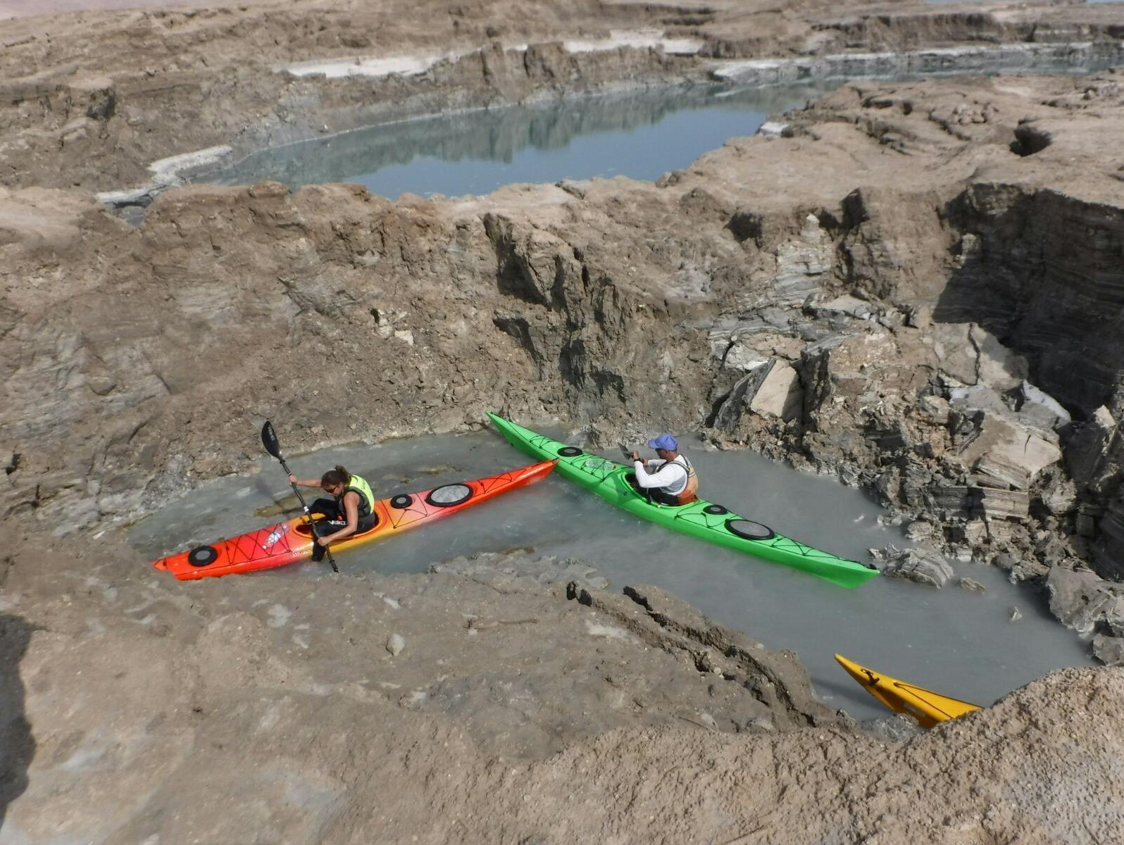 ותפער האדמה את פיה: ציידי הבולענים מול אזור הסכנה של ים המלח