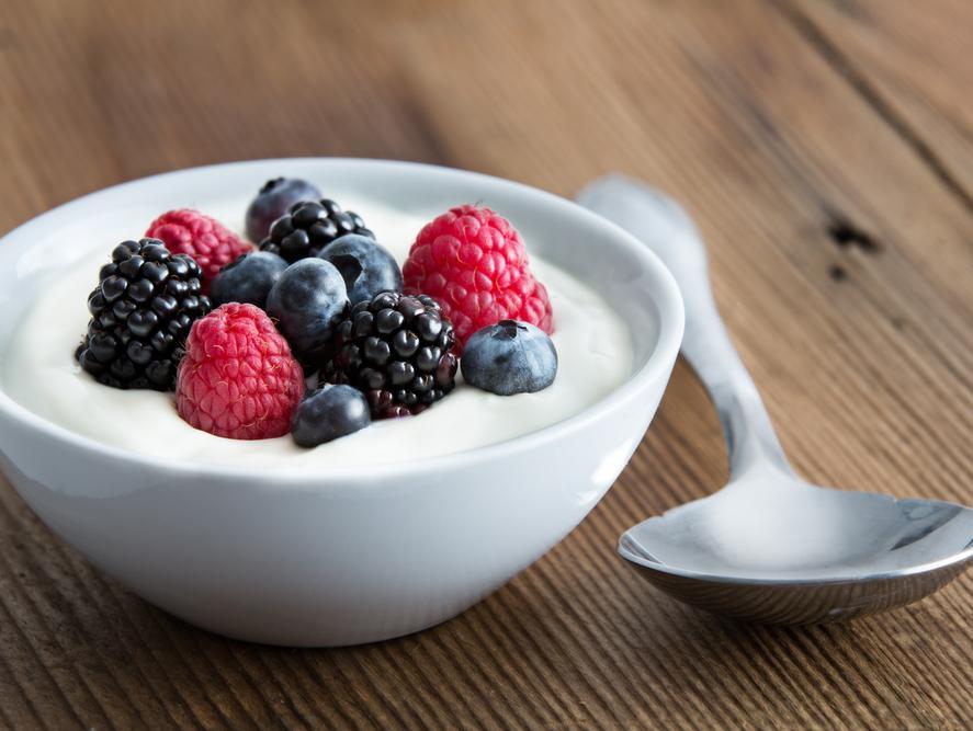 יוגורט לפני כל ארוחה יכול להפחית את הנזק של מאכלים לא בריאים
