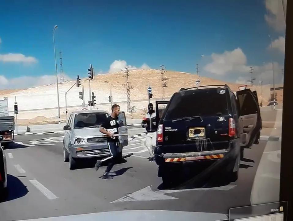 רעולי פנים מכים באלות ובועטים ברכב: תיעוד מטריד נוסף מכבישי הדרום