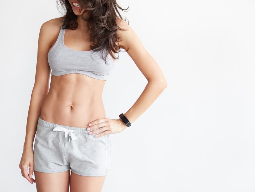 בלי דיאטה ובלי ספורט: 8 טריקים לבטן שטוחה