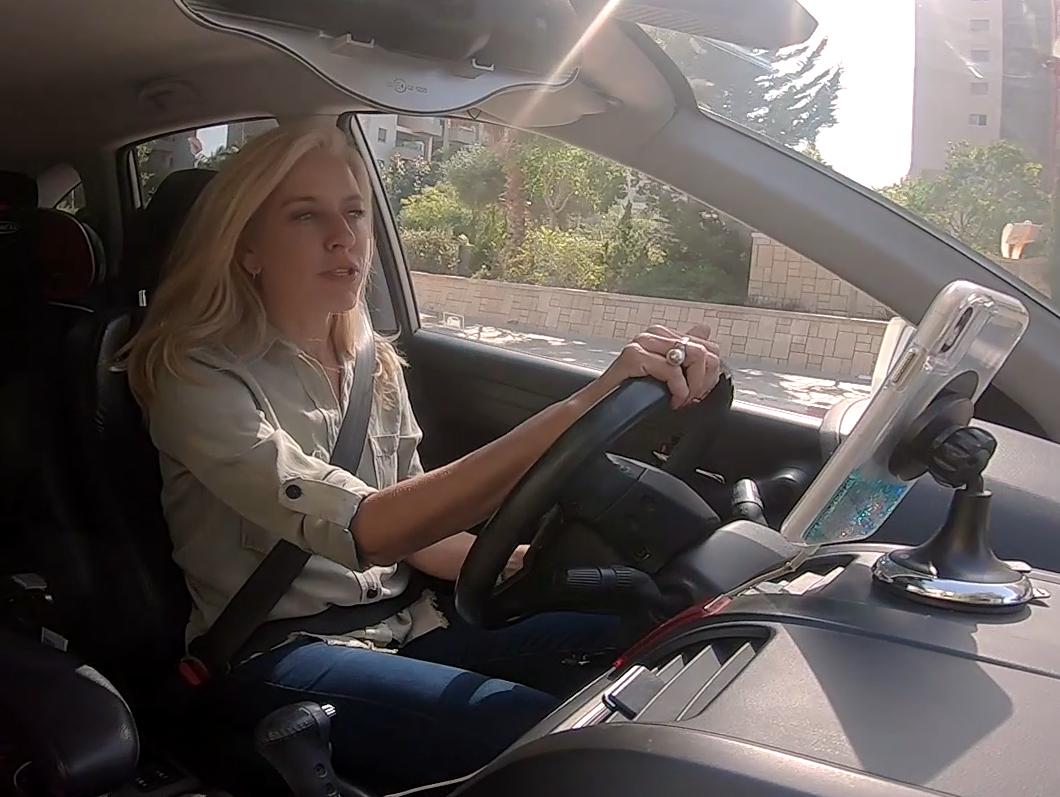 צפו במרב מילר מתגברת על אחת הסכנות הכי גדולות בכביש