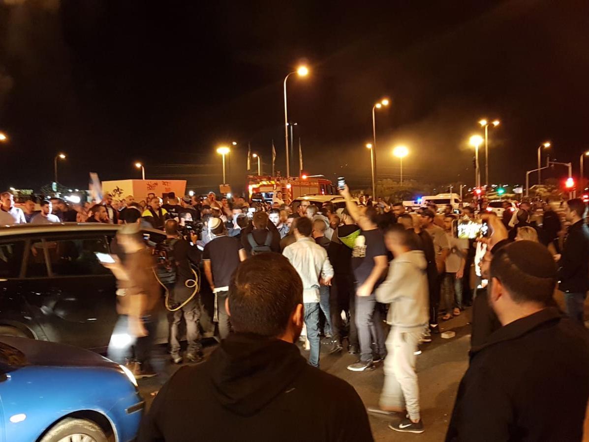 תושבים בשדרות הפגינו נגד הפסקת האש; בעזה חוגגים בעצרת חמאס
