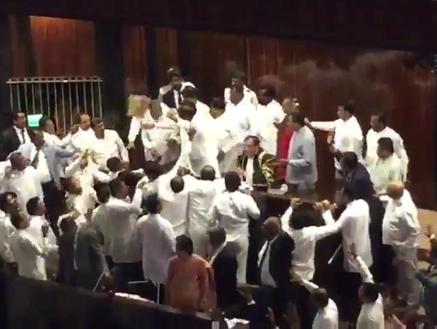 סכין ואגרופים: צפו בקטטה בפרלמנט של סרי לנקה