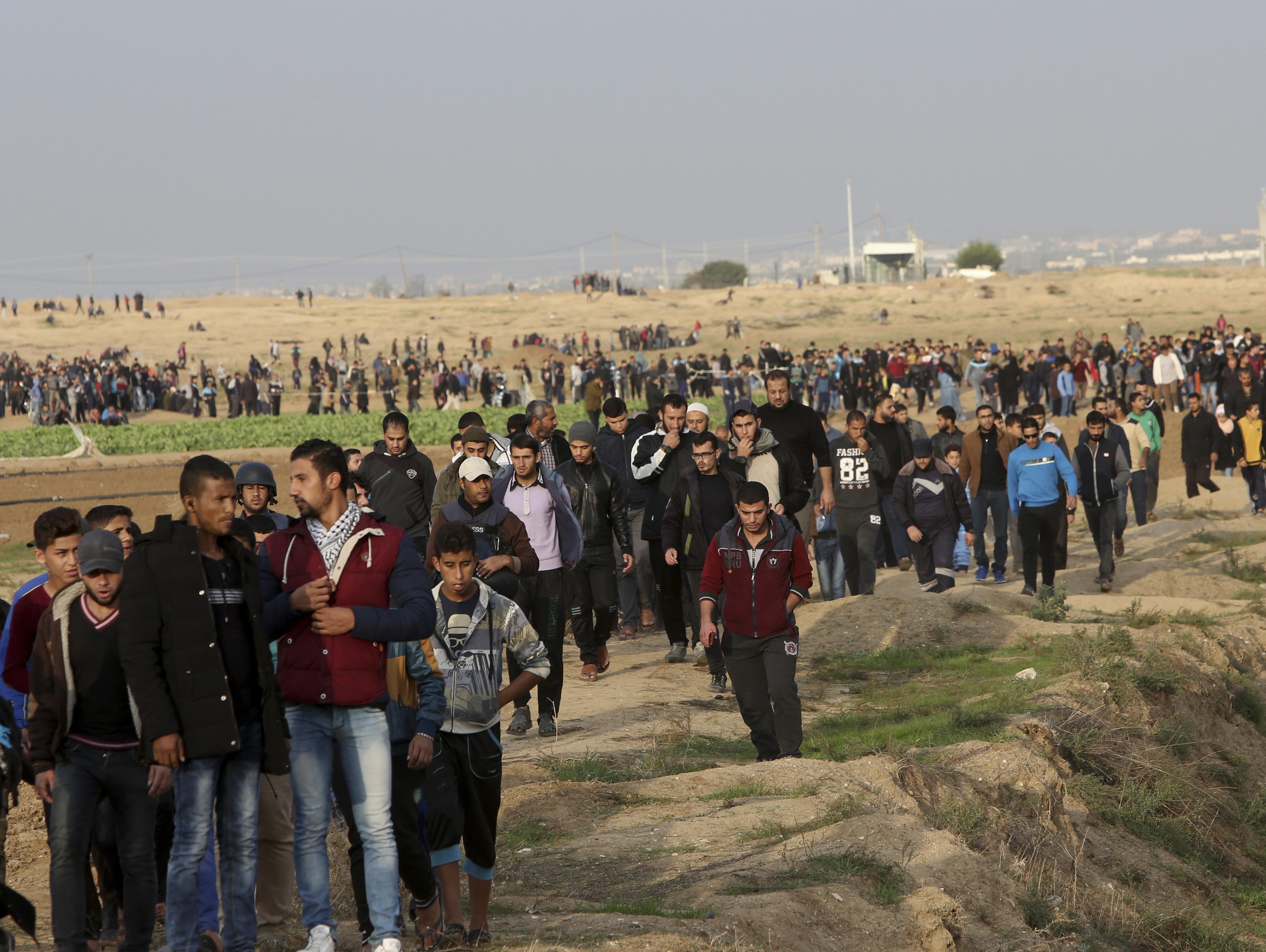 אלפים בהפרות סדר בגבול עזה; עשרות פלסטינים נפצעו