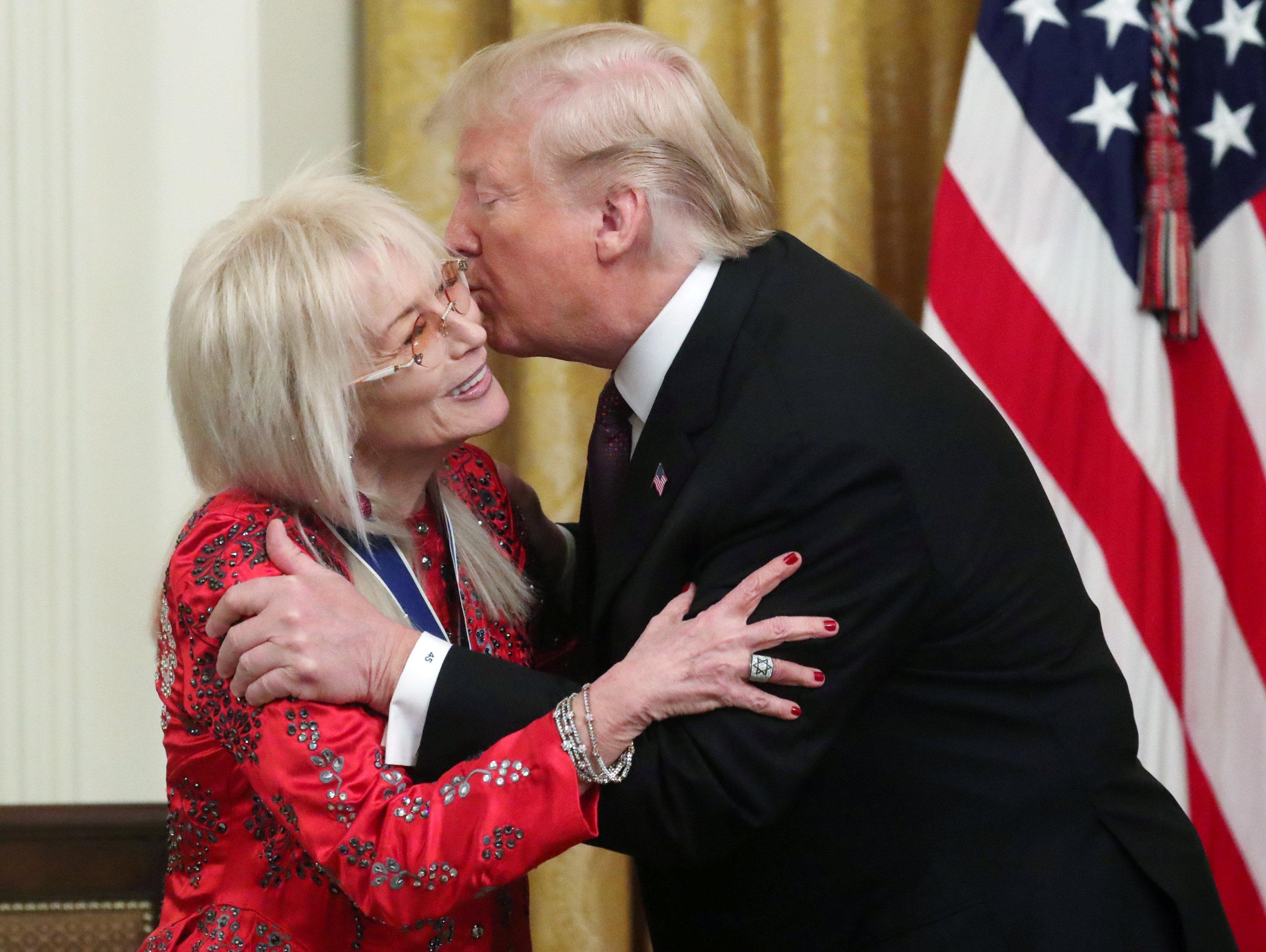 יחד עם אלוויס: טראמפ העניק למרים אדלסון את מדליית החירות