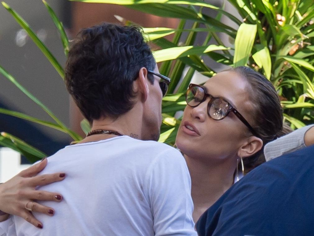 רגע, רגע, למה ג'ניפר לופז מנשקת את האקס שלה?