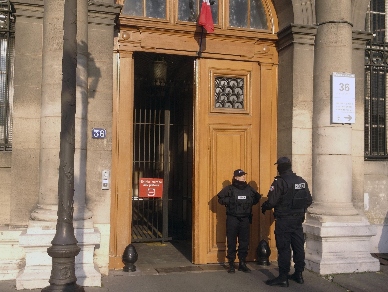 בתוך מטה המשטרה: שני שוטרים בצרפת מואשמים באונס תיירת