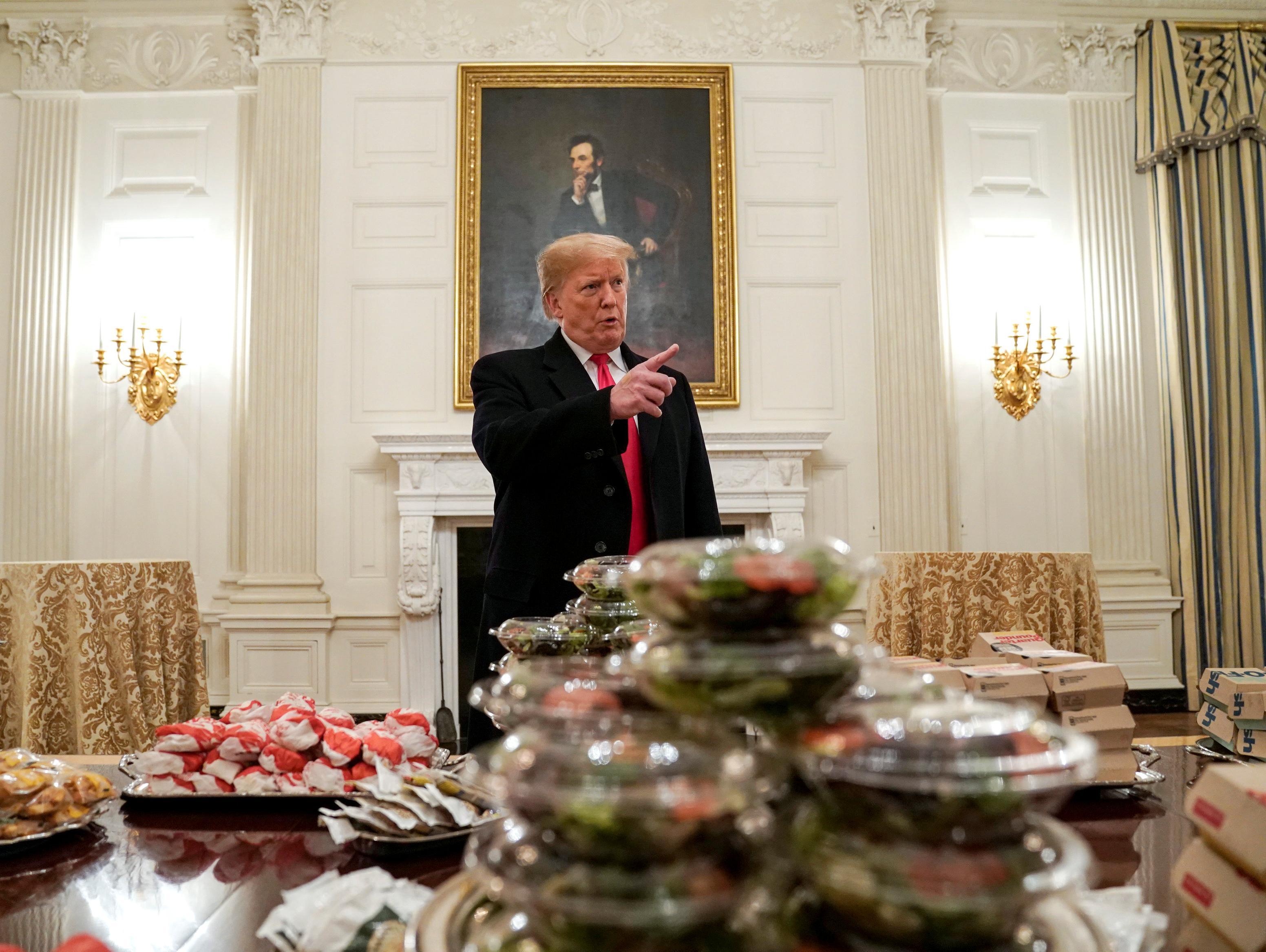 אין טבחים, אבל יש ג'אנק: טראמפ הזמין המבורגרים לאירוע בבית הלבן