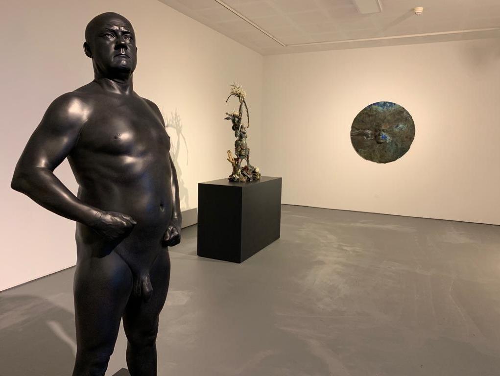 לראשונה בישראל: האמן הפרובוקטיבי בעולם מציג עירום מלא