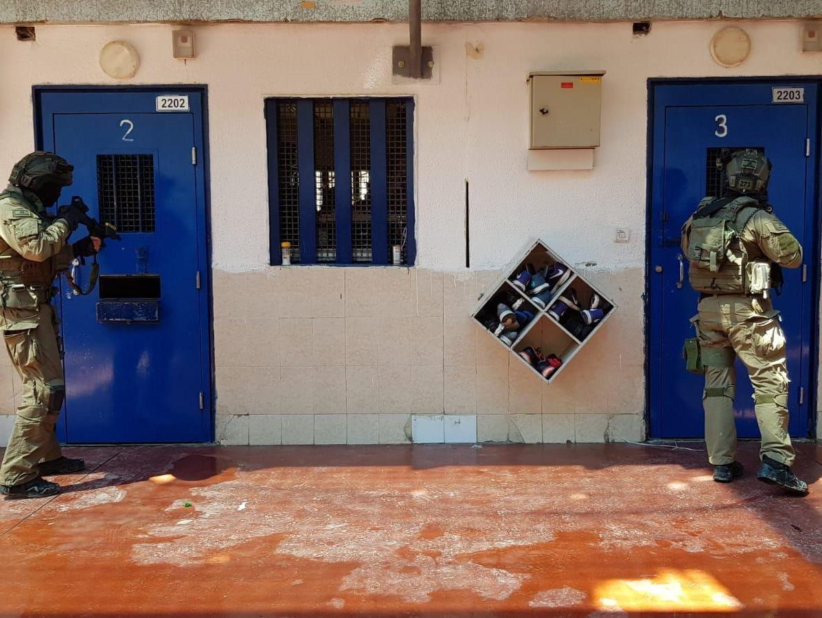 כניעה לחמאס או הפגת מתח מיותר: אתגרי ההסכם עם האסירים